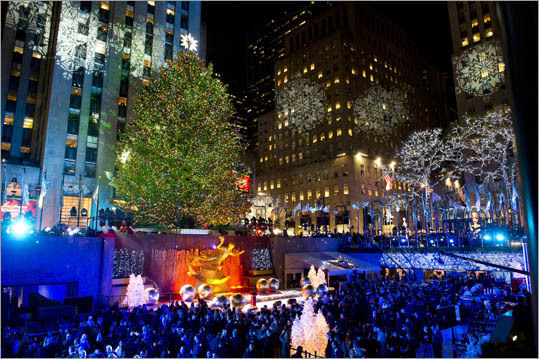 16. United States Minimum vacation: None Public holidays: 10 Surprise, surprise. The United States does not have any law requiring minimum paid vacations. Generally, companies provide two weeks of vacation, with three after several years. Certain fields, like in education, receive much more. Pictured: Rockefeller Center in New York City.