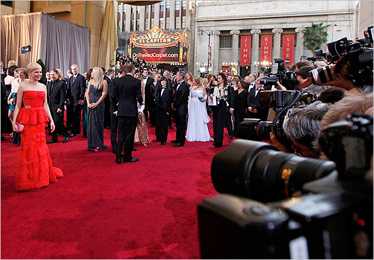 There have been years — many of them — when the red carpet at the Academy Awards resembled a scene from ''The Stepford Wives'' (the 1975 version, definitely not the 2004 version). A parade of statuesque, cookie-cutter stars, all squeezed into what appear to be sequined sausage casings of approximately the same shade of fuchsia, or black, or whatever the color of the year happened to be, totter down the carpet, their shoes hidden by a ruffle of tulle, and pose on cue.