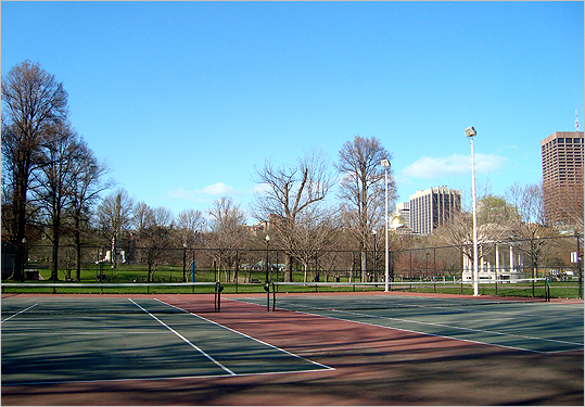 Boston Common Despite the fluctuating conditions and limited courts, the Common still attracts a big number of players thanks to its central location. The best time to play here is early fall, when September breezes help you keep your cool during a nerve-wrecking drop shot. Even though the wait for a court might frustrate you from time to time, people-watching is a good sport, too.