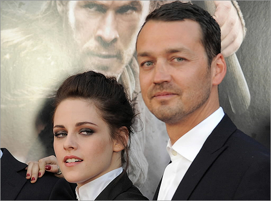 Actress Kristen Stewart apologized for her affair with 'Snow White and the Huntsman' director Rupert Sanders.