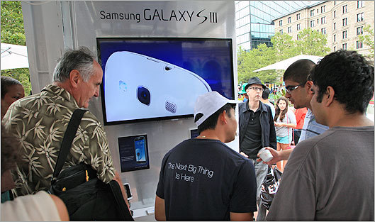 Samsung took advantage of the crowd to demo the Galaxy 3s.