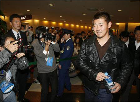 Sankei Newspaper Photo - Dice-K arrives in Japan