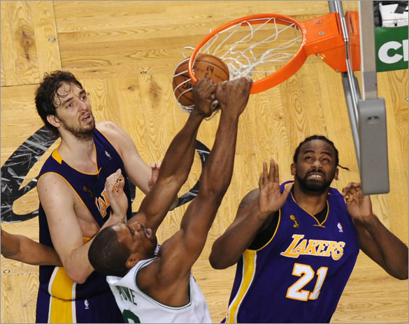 Leon Powe  in front of Los Angeles Lakers Spanish Pau Gasol  and Frenchman Ronny Turiaf during the Game Two of the 2008 NBA Finals, in Boston, Massachusetts, June 8, 2008. Celtics won 108-102.