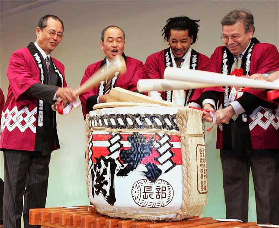 Manny Ramirez attends a sake barrel opening ceremony along with Japanese baseball great Sadaharu Oh at a welcoming party at a Tokyo hotel before the Japan exhibition series in Nov. 2004