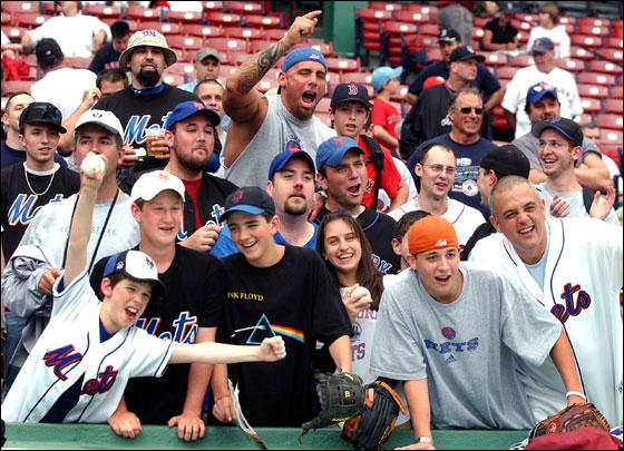 Mets fans cheer Pedro
