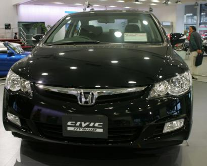 A Civic hybrid sits on the floor of a Honda Motor Co. showroom in Tokyo. A US lawsuit challenges the car's mileage ratings.