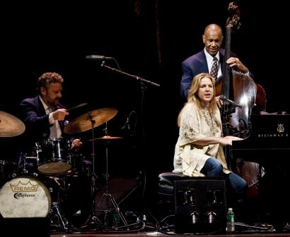 Diana Krall performs, with drummer Jeff Hamilton and bassist John Clayton, Saturday at the Bank of America Pavilion.