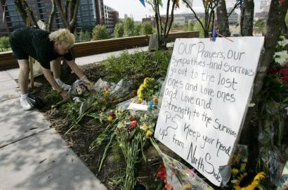 Viva Beck placed flowers in Gold Medal Park in Minneapolis yesterday. The park has been serving as a public memorial for those injured and killed in last week's bridge collapse.