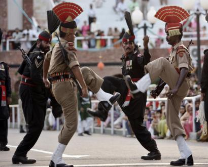 Indiska och pakistanska soldater gör sitt bästa för att överglänsa varandra vid gränsposteringen.