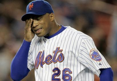 Mets pitcher Orlando Hernandez is a picture of dejection as he leaves in the sixth inning and New York's chances of a playoff berth slipping away.