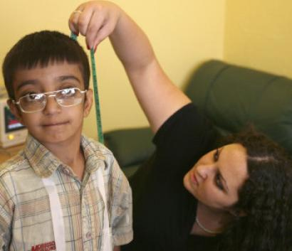 An Israeli doctor measured the height of an Iraqi boy at the Red Crescent Hospital in Amman, Jordan, yesterday.