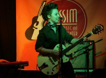 Singer-songwriter Erin McKeown wandered pleasantly from jazz-spiced pop to a folk-cabaret mix last night at Club Passim in Cambridge.