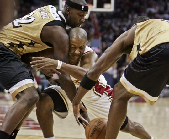 Washington's Andray Blatche (left) and Antawn Jamison make an Eric Snow sandwich, forcing the Cavalier to lose the ball in the first quarter in Cleveland.