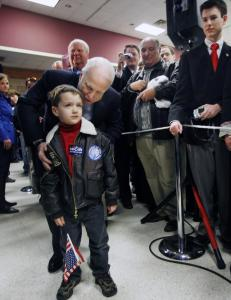 Senator John McCain of Arizona posed for a photo with Carson Harris, 5, after speaking at a town hall-style meeting in Tyler, Texas, yesterday.