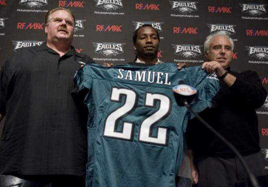 Samuel leaves Patriots for Eagles