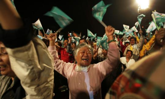 Supporters of presidential candidate Frank Hsieh of the Democratic Progressive Party cheered yesterday in Tainan.