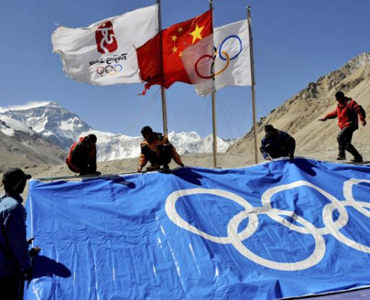 Staff members laid a flag of the Olympic logo at the base camp of Mount Everest, in southwest China's Tibet Autonomous Region yesterday.