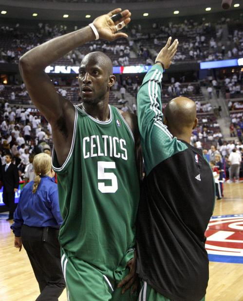 Kevin Garnett (5) celebrated the win.