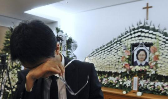 Bang Jae-joung, son of Park Wang-ja, cried during her funeral yesterday in Seoul.