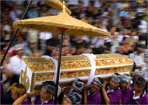 People carry the coffin of Tjokorda Gde Agung Suyasa during the procession of.