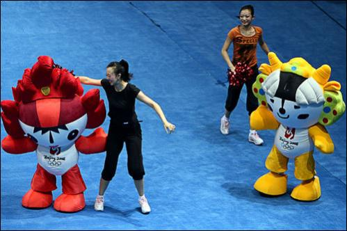 Cheerleaders rehearse during a break in the men's doubles quarter final badminton match of the 2008 Beijing Olympic Games at the Beijing University of Technology Gymnasium in Beijing, on August 13, 2008.