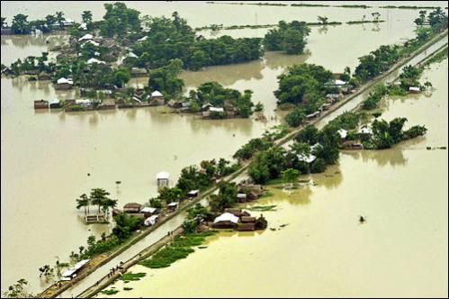 An aerial view shows the flood-affected banks of the Koshi river in the border area between Supaul and Saharsa in the eastern Indian state of Bihar August 27, 2008.