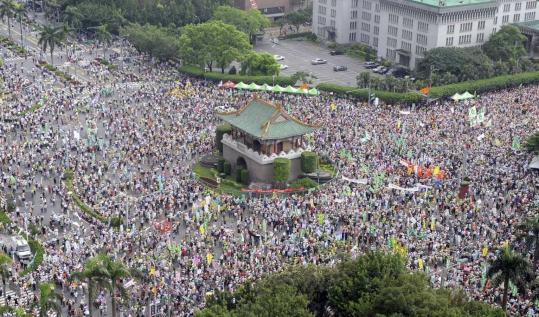 Protesters rallied yesterday outside the Presidential Office in Taipei. The president has delayed discussions on Taiwan's status.