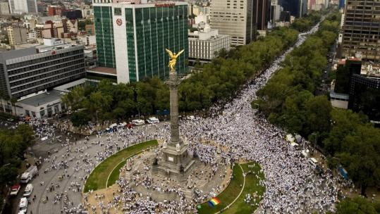 Thousands of Mexicans protested yesterday around the Independence monument in Mexico City, against the tide of killings, kidnappings, and shootouts sweeping the country.