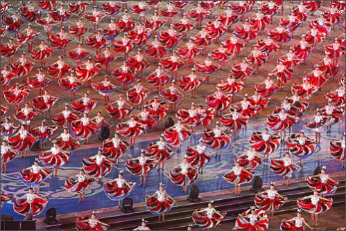 Performers dance during the opening ceremony of the 6th National Peasants' Games at a stadium in Quanzhou, Fujian Province, October 26, 2008.