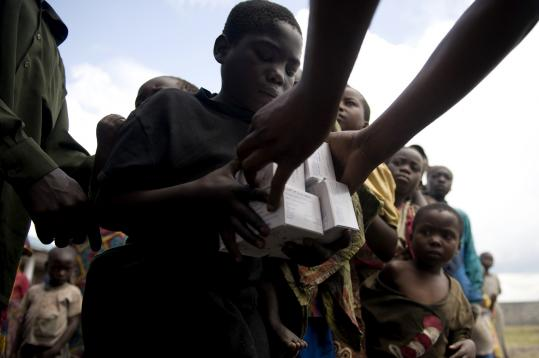 A Congolese girl yesterday received boxes of high-nutrition cookies from international relief workers at the Kibati refugee camp.