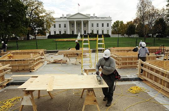 Outside the White House in Washington yesterday, workers constructed a viewing stand to be used at the inauguration of President-elect Barack Obama in January.