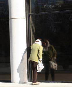 A customer peers into the window of Linens 'n Things in Burlington, which closed after the chain filed for bankruptcy.