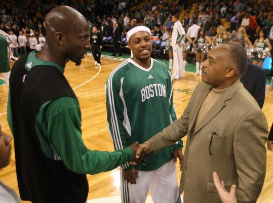 Tommie Smith (right) was greeted by Celtics Kevin Garnett (left) and Paul Pierce, then received an award (below) Monday.