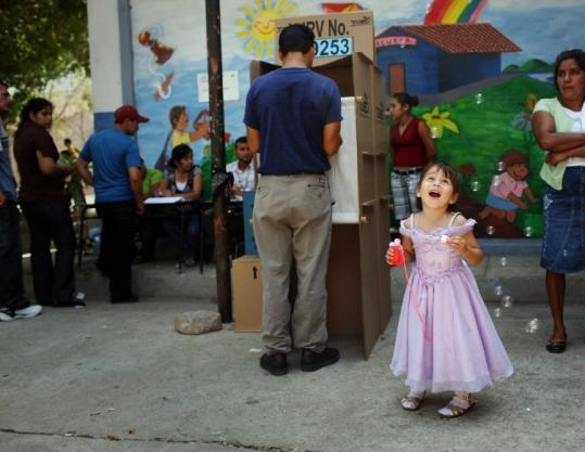 Polls closed at 5 p.m. yesterday in El Salvador. Opinion polls gave a slight lead to leftist Mauricio Funes.