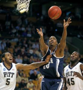 Xavier's C.J. Anderson is the middle man in a rebounding battle with Pitt's Tyrell Biggs (5) and DeJuan Blair.