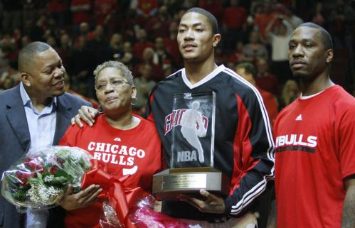 Chicago's Derrick Rose (second from right) posed with family members (from left) brother Reggie, mother Brenda and brother Dwayne after being presented with the NBA Rookie of the Year trophy before the start of Game 3.