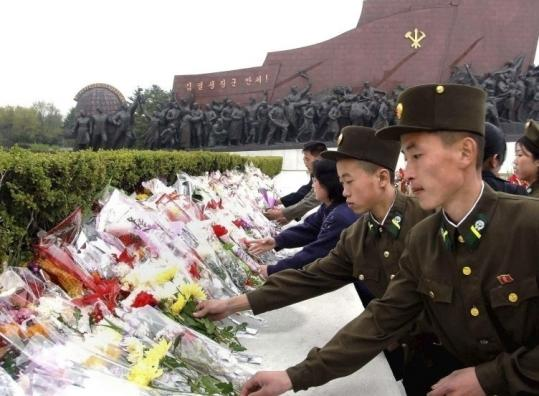 pictures of north korean people. North Koreans laid flowers at