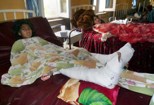 A Pakistani girl, injured in fighting yesterday between security forces and Taliban militants, rested at a hospital in Mingora.