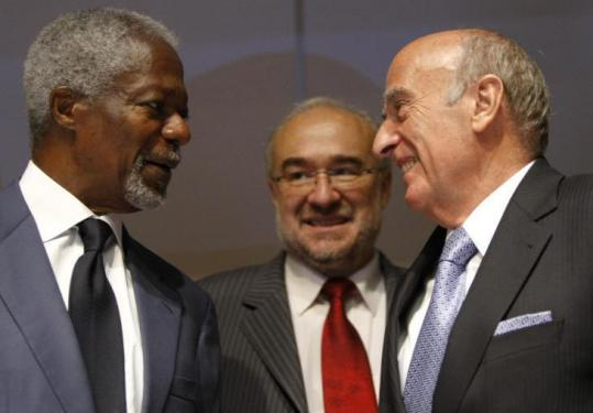 Kofi Annan, with Swiss President Hans-Rudolf Merz (right) and Michel Jarraud, head of a UN meteorological group.