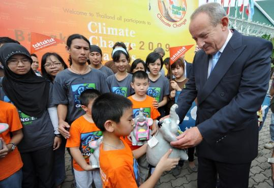 Children participating in a Greenpeace event presented a gift yesterday to Yvo de Boer, executive secretary with the UN Framework Convention on Climate Change.