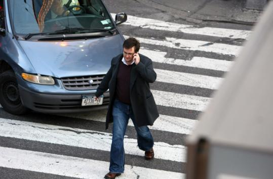 Multitasking by pedestrians is on the rise. The era of the mobile gadget is making mobility much more dangerous.