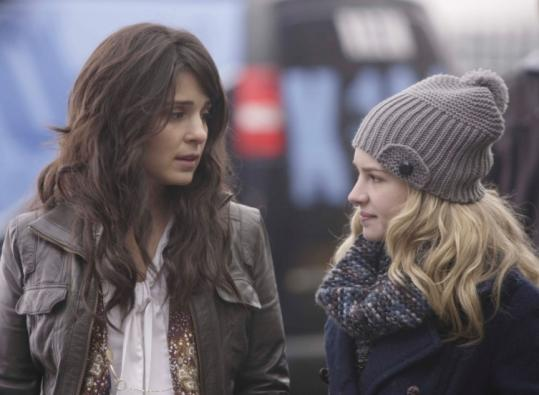 Shiri Appleby (left) and Britt Robertson play mother and daughter in the CW's new comedy-drama.