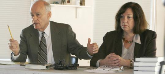 Tony Talbot/ap/file Vincent Bugliosi and attorney general candidate Charlotte Dennett at a 2008 press conference in Burlington, Vt.