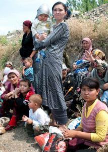 Ethnic Uzbeks gathered near the Kyrgyz-Uzbek border in southern Kyrgyzstan yesterday to seek refuge from mobs of Kyrgyz men attacking the minority Uzbek community.