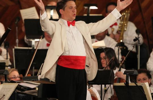 Keith Lockhart and the Boston Pops entertained hundreds of thousands of revelers on the Esplanade last night.