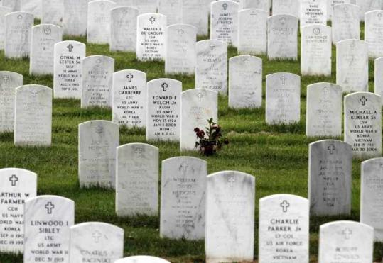 As many as 6,600 graves may be unmarked or mislabeled on Arlington National Cemetery maps, a US senator said.