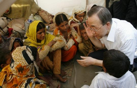 United Nations Secretary General Ban Ki-moon visited displaced flood victims yesterday at a camp in Pakistan's Punjab Province.