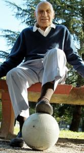 Mr. Varallo, the last surviving player from the inaugural World Cup, posed at his house in Argentina in 2004.