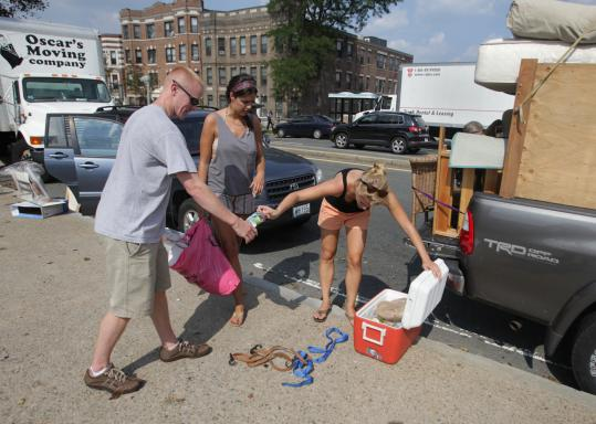 Brian Musser of Franklin helped his friends Katie McNeill (center) of Napa, Calif., and Katey Parker of Saunderstown, R.I., move from Boston to Brookline.