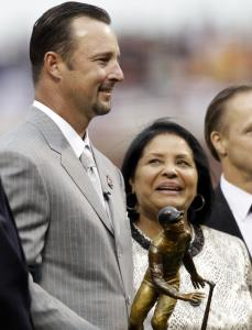 Vera Clemente, widow of Roberto Clemente, watches as Tim Wakefield receives the award named for the Hall of Famer.